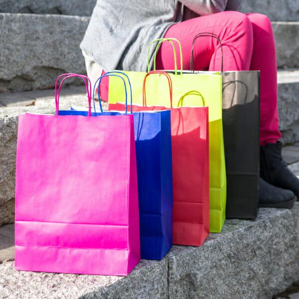 Fargerike kraftpapirposer uten logo | Nettbutikk | Kort levering på 2-3 dager fra lager | SKG - Spesialister innen profilert emballasje